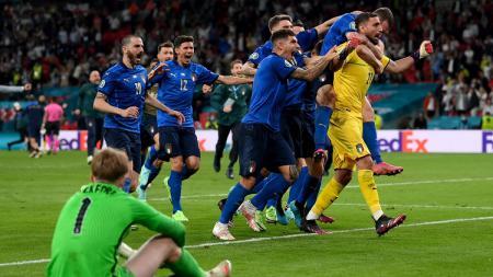 Timnas Italia merayakan kemenangan adu penalti saat melawan Inggris di final Euro 2020, Senin (12/07/21) dini hari WIB. - INDOSPORT