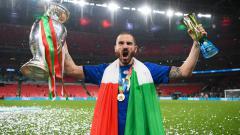 Indosport - Julukan tua-tua keladi sangat cocok disematkan kepada Leonardo Bonucci yang baru saja sukses memecahkan rekor Eropa usai membawa Italia menjuarai Euro 2020.