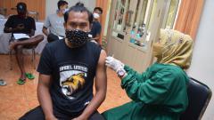 Indosport - Mantan gelandang timnas Indonesia U-19, Ichsan Kurniawan, saat menerima vaksinasi Covid-19.