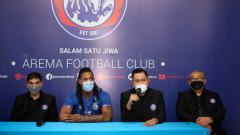 Indosport - Eduardo Almeida (pelatih), Gilang Widya Permana (presiden klub) dan Ruddy Widodo (general manager) memperkenalkan Carlos Fortes.