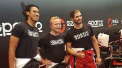 Indosport - Sean Gelael bersama pembalap elit termasuk Antonio Giovinazzi (kanan) di balapan virtual Sparco Gaming