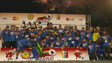Segenap pemain dan ofisial Brasil bersuka cita saat menjuarai Copa America usai mengalahkan Argentina di final, 15 Juli 2007. - INDOSPORT
