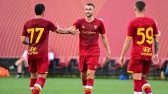 Indosport - Borja Mayoral (tengah) bersama rekan-rekannya merayakan gol yang dicetak AS Roma di laga uji coba perdana, Kamis (15/07/21).