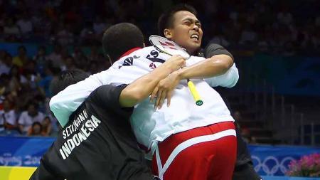 Sigit Pamungkas (tengah) saat berselebrasi dengan Hendra Setiawan/Markis Kido usai mengalahkan pasangan China di partai final dan memastikan meraih emas ganda putra Olimpiade 2008. - INDOSPORT