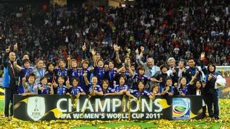 Ekspresi bahagia segenap pemain Jepang saat menjuarai Piala Dunia Wanita usai mengalahkan Amerika Serikat di final, 17 Juli 2011. - INDOSPORT