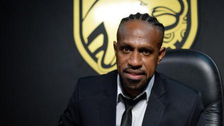 Boaz Solossa resmi pindah ke Borneo FC. - INDOSPORT
