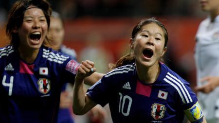 Pemain tim wanita Jepang, Homare Sawa (kanan). - INDOSPORT