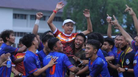 Pemain dan Pelatih Askot PSSI Makassar merayakan kelolosannya ke Porprov Sulsel 2022. - INDOSPORT