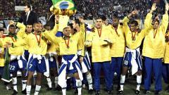 Indosport - Segenap pemain Brasil berpesta saat menjuarai Copa America usai mengalahkan Uruguay d final, 18 Juli 1999.