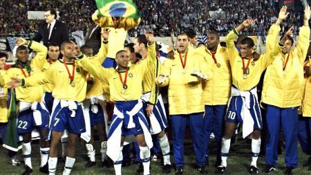 Segenap pemain Brasil berpesta saat menjuarai Copa America usai mengalahkan Uruguay d final, 18 Juli 1999. - INDOSPORT