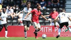 Indosport - Juan Mata di laga uji coba Derby County vs Man United.