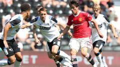 Indosport - Pemain muda Manchester United, Facundo Pellistri saat melawan Derby County.