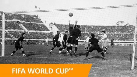 Aksi striker legendaris Argentina, Guillermo Stabile, dalam pertandingan Piala Dunia kontra Meksiko, 19 Juli 1930. - INDOSPORT