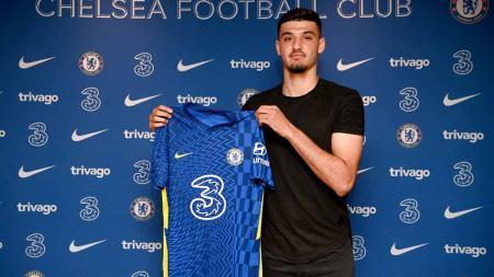 Armando Broja yang disebut bakal menjadi pengganti Olivier Giroud kini dikabarkan bakal 'dibuang' Chelsea ke klub rival, Southampton. - INDOSPORT