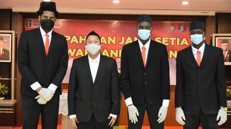 Tiga pebasket naturalisasi Indonesia, Dame Diagne, Serigne Modou Kane, dan Marques Bolden. - INDOSPORT