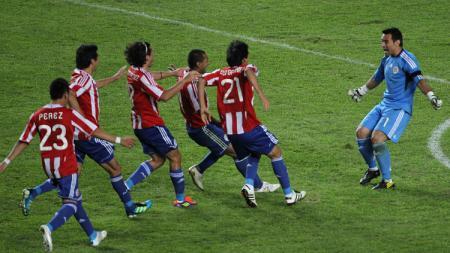 Segenap pemain Paraguay merayakan kesuksesan menembus final Copa America usai mengalahkan Venezuela via adu penalti, 20 Juli 2011. - INDOSPORT