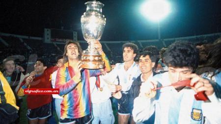 Gabriel Batistuta dan segenap pemain Argentina merayakan gelar juara Copa America, 21 Juli 1991. - INDOSPORT