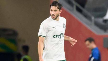 Jose Mourinho dan AS Roma tinggal selangkah lagi mendatangkan Matias Vina. Bek kiri Palmeiras ini bakal menggantikan Leonardo Spinazzola yang absen 6 bulan. - INDOSPORT