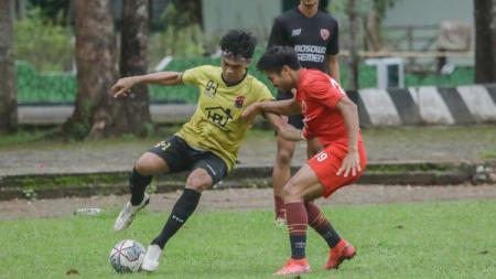 Aksi penyerang lokal PSM Makassar, Saldi (Merah) dalam uji coba pramusim Liga 1. - INDOSPORT