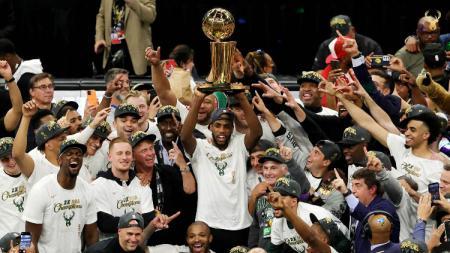 Perayaan Milwaukee Bucks usai merengkuh gelar juara NBA 2020-2021. - INDOSPORT