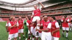 Indosport - Perpisahan legenda Arsenal, Dennis Bergkamp, di Stadion Emirates, 22 Juli 2006.