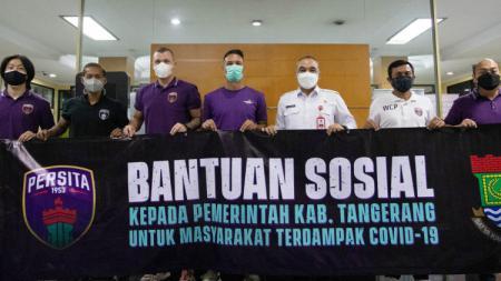 Kegiatan Persita memberikan Bantuan Sosial kepada Pemerintah Kabupaten Tangerang untuk masyarakat yang kurang beruntung. - INDOSPORT