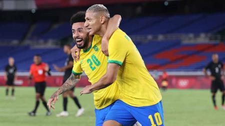 Selebrasi pemain Brasil, Richarlison merayakan dengan Claudinho usai mencetak gol ketiga timnya di Grup D Putaran Pertama Olimpiade Tokyo 2020. - INDOSPORT