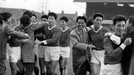 Segenap pemain Korea Utara bergembira usai melakoni pertandingan Piala Dunia 1966. - INDOSPORT