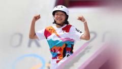 Indosport - Berumur 13 tahun, Momiji Nishiya resmi jadi peraih medali emas termuda di Olimpiade Tokyo usai juarai nomor Women's Street di cabor skateboard, Senin (26/07/21).