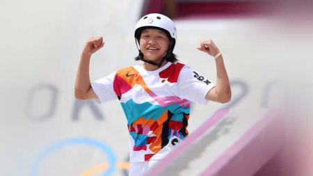 Berumur 13 tahun, Momiji Nishiya resmi jadi peraih medali emas termuda di Olimpiade Tokyo usai juarai nomor Women's Street di cabor skateboard, Senin (26/07/21). - INDOSPORT