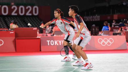 Greysia Polii/Apriyani Rahayu berhasil lolos ke babak 8 besar Olimpiade Tokyo 2020 usai kalahkan Chloe Birch/Lauren Smith (Inggris) dengan dua set langsung. - INDOSPORT