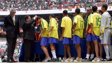 Segenap pemain Brasil menerima medali perak usai menelan kekalahan dari Meksiko dalam pertandingan final Piala Emas Concacaf, 27 Juli 2003. - INDOSPORT