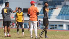 Indosport - Pelatih Sriwijaya FC, Nilmaizar, saat memberikan materi latihan kepada pemain.