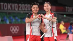 Indosport - Greysia/Apriyani memastikan kemenangan atas wakil China Du yue/Li in Hui di Olimpiade 2020 lewat permainan rubber game dengan skor 21-15, 20-22, 21-15.