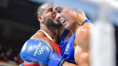Indosport - Youness Baalla saat sedang gigit kuping David Nyika petinju asal Selandia Baru di Olimpiade Tokyo 2020.