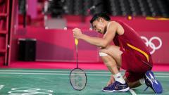 Indosport - Kento Momota tertunduk setelah tersingkir dari Olimpiade 2020 usai dikalahkan wakil Korea Selatan, Heo Kwang-hee, dua set langsung, Rabu (28/07/21) malam WIB.