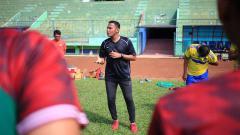 Indosport - Charis Yulianto, pelatih lisensi A AFC yg kini membesut tim Liga 3.