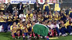 Indosport - Segenap pemain Kolombia merayakan keberhasilan menjuarai Copa America usai mengalahkan Meksiko di final, 29 Juli 2001.