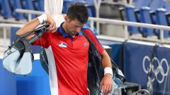 Indosport - Novak Djokovic asal Serbia meninggalkan lapangan tenis setelah kalah dalam pertandingan semifinal melawan Alexander Zverev dari Jerman.
