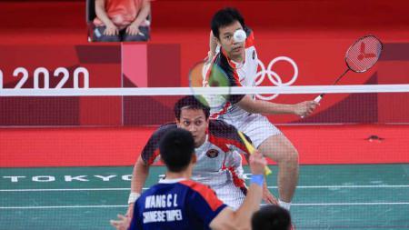 Aksi Mohammad Ahsan/Hendra Setiawan di semifinal Olimpiade Tokyo. - INDOSPORT