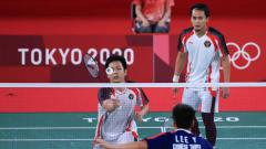 Indosport - Aksi Mohammad Ahsan/Hendra Setiawan di semifinal Olimpiade Tokyo.