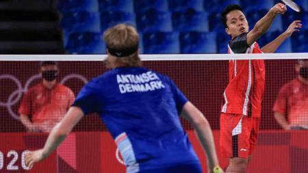 Aksi Anthony Ginting dalam pertandingan Olimpiade 2020 melawan Anders Antonsen, Sabtu (31/7/21). - INDOSPORT