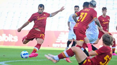 Aksi Henrikh Mkhitaryan di laga pramusim AS Roma vs Sevilla. - INDOSPORT