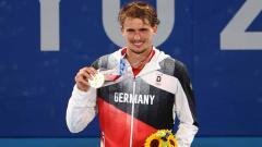 Indosport - Alexander Zverev saat memenangkan medali emas di Olimpiade Tokyo 2020.