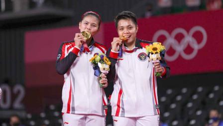 Greysia Polii/Apriyani Rahayu saat mencium medali emas nomer ganda putri Olimpiade Tokyo 2020.
