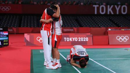 Selebrasi Greysia Polii/Apriyani Rahayu bersama pelatih Eng Hian usai memastikan kemenangan atas China dan meraih medali emas Olimpiade Tokyo 2020.
