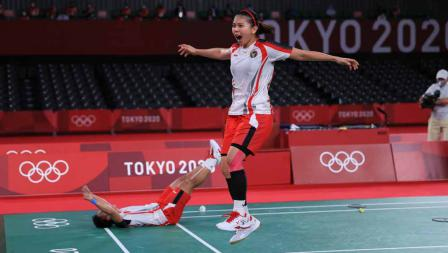 Selebrasi kegembiraan Greysia Polii/Apriyani Rahayu usai mengalahkan pasangan China Chen Qing Chen/Jhia Yi Fan pada final ganda putri Olimpiade Tokyo 2020.