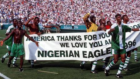 Suka cita segenap pemain Nigeria saat memastikan medali emas Olimpiade usai mengalahkan Argentina di final, 3 Agustus 1996. - INDOSPORT