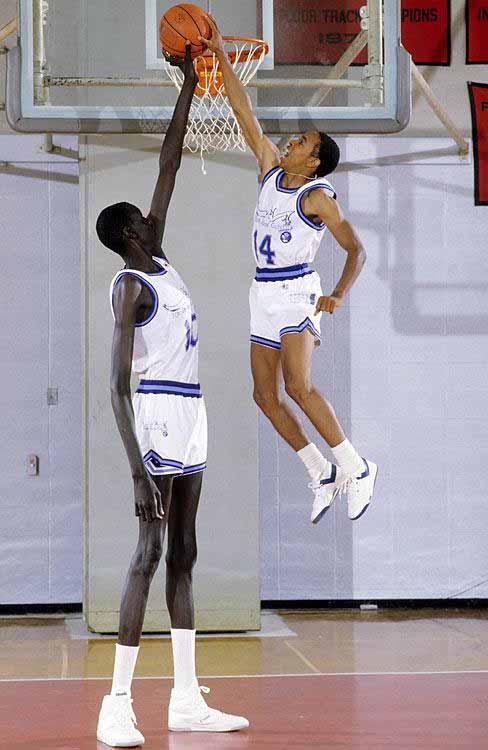 Manute Bol dan Spud Webb, pemain basket profesional Amerika. Copyright: sg.news.yahoo