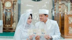 Indosport - Rizky Pellu bersama Nurhennadiya Amdarista usai akad nikah di Makassar.